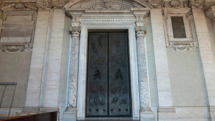 Gerbang Basilika Santo Petrus ditutup