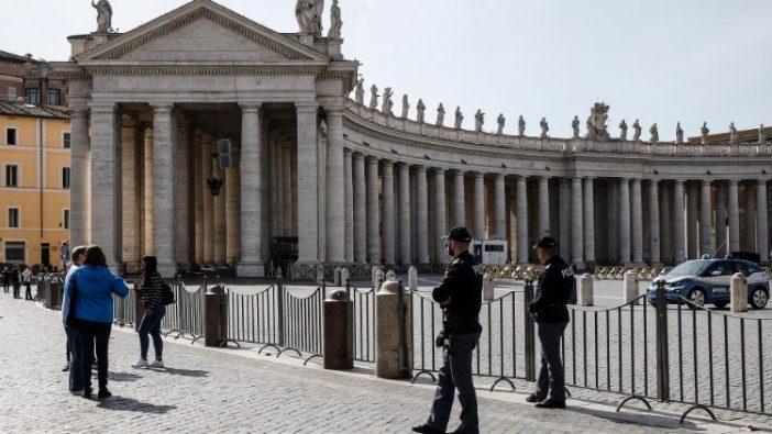 Polisi Italia berjaga di depan Lapangan Santo Petrus yang ditutup (ANSA)