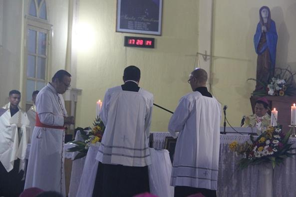 Mgr Siprianus Hormat mengucapkan janji kesetiaan dalam Vesper Agung (PEN@ Katolik/pcp)