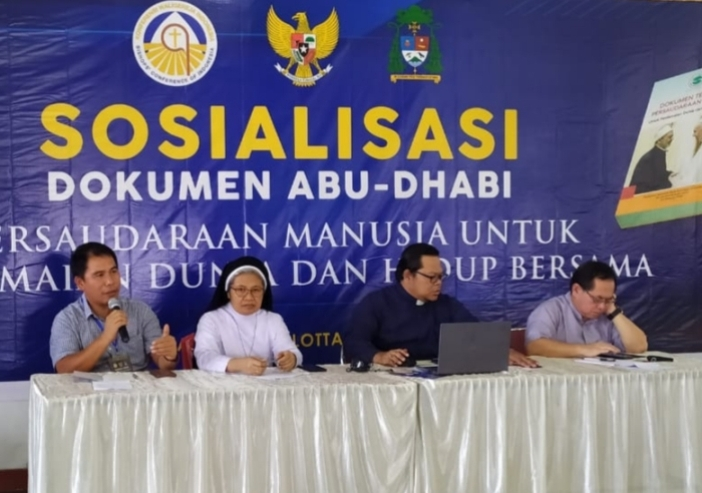 Ketua Komisi HAK Keuskupan Manado Pastor Dammy Pongoh Pr memandu diskusi yang menghadirkan narasumber dari Komisi Rumpun Kemasyarakatan KWI. (PEN@ Katolik/af)