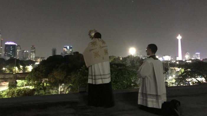 Duta Vatikan untuk Indonesia Uskup Agung Piero Pioppo memberkati Kota Jakarta dan Indonesia dengan Sakramen Mahakudus dari atap gedung kedutaan 27 Maret 2020 (foto dari sekretariat Kedutaan Vatikan untuk Indonesia)