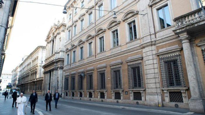 Paus berjalan-jalan di Via del Corso
