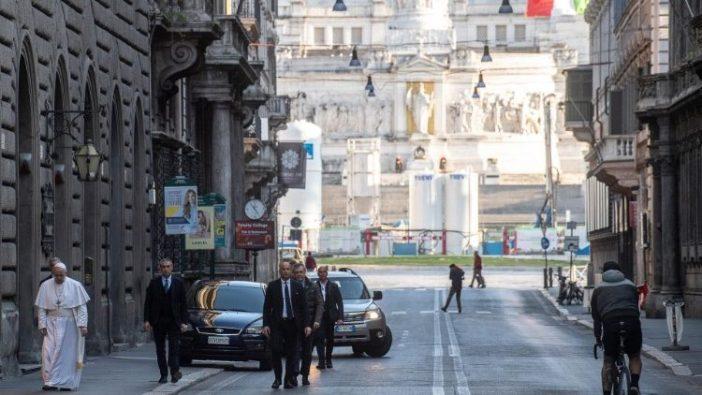 Paus berjalan sepanjang Via del Corso