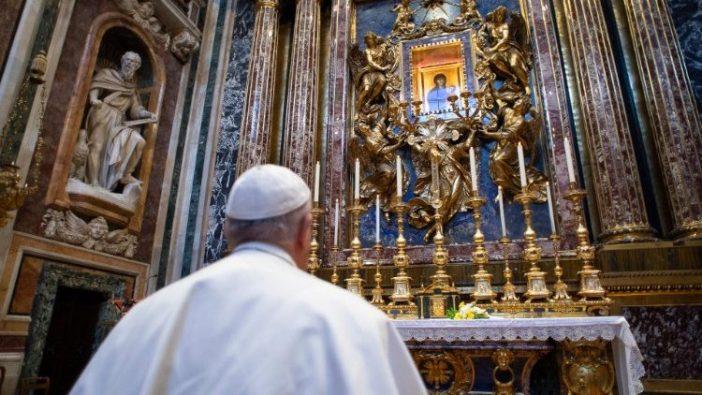 Payus berdoa di depan Gambar Perawan Maria Salus Populi Romani