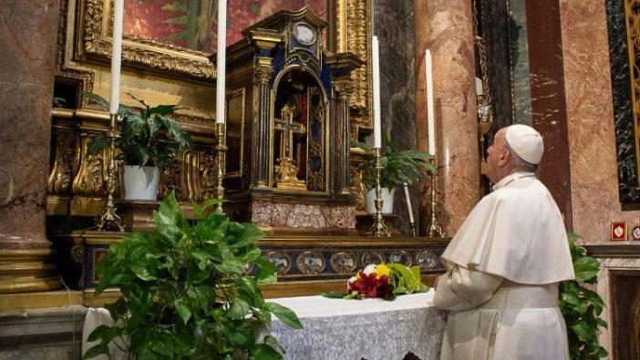 Paus berdoa di depan salib ajaib