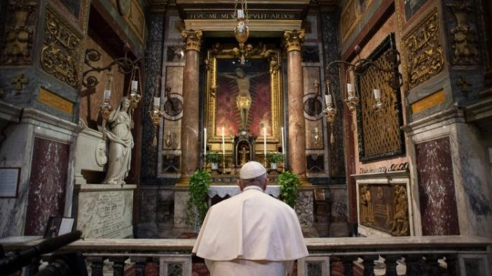 Paus Fransiskus berdoa di depan Salib Ajaib di Gereja San Marcello on the Corso  (Vatican Media)