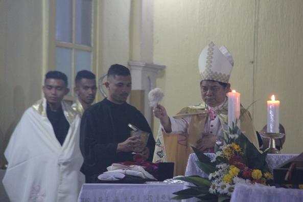 Mgr Silvester San memberkati insignia yang akan dikenakan Mgr Siprianus Hormat sebagai uskup (PEN@ Katolik/pcp)
