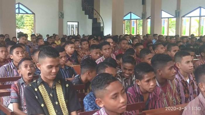 Para siswa seminari Seminari Bunda Segala Bangsa  Maumere di kapela seminari itu dalam Misa rekonsiliasi beraama Uskup Maumere (PEN@ Katolik/yf)