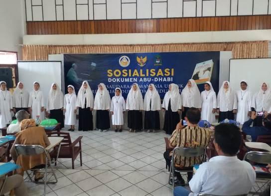 Sejumlah suster DSY dan sejumlah ibu Majelis Taklim Mesjid Imam Bonjol Pineleng berkolaborasi membawakan lagu Hidup Rukun dan Damai dan lagu Alhamdulillah (PEN@ Katolik/af)