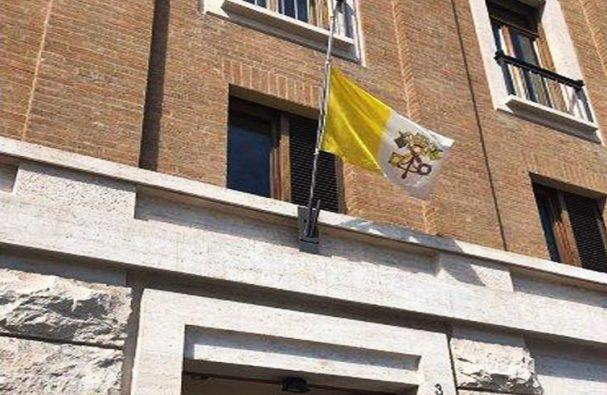 Bendera Vatikan di Casa Santa Marta dipasang setengah tiang