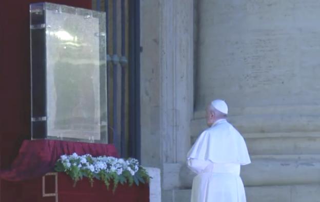 Dalam keadaan serba tidak pasti ini, Paus Fransiskus pun berdoa di depan Bunda Maria dari Maggiore yang ditempatkan di depan Basilika Santo Petrus saat Ibadah dan Adorasi serta Berkat Urbi et orbi 27 Maret 2020 (Foto Vatican Media)