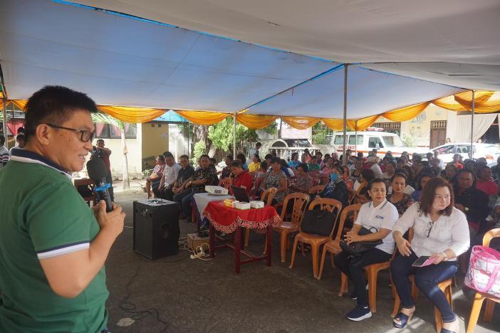 Dokter Jimmy Panelewen memberikan informasi tentang virus corona kepada warga Manado (Dok KBK Wanea)