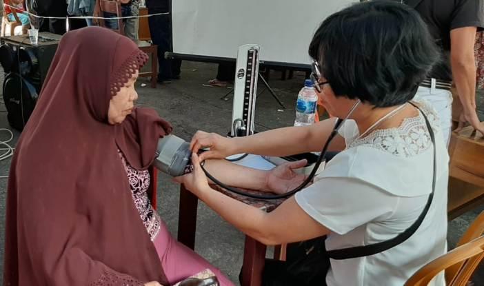 Pemeriksaan kesehatan yang dilaksanakan oleh Kaum Bapak Katolik (KBK) Paroki Yesus Gembala Yang Baik Wanea, Manado (Foto Dok KBK Wanea)