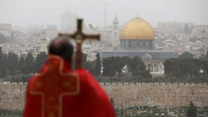 Uskup Agung Pizzaballa memimpin ibadah sambil menatap dinding Yerusalem pada Minggu Palma