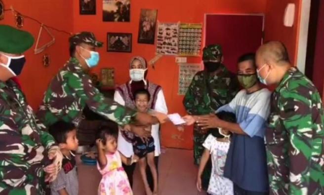 Kodim 0316/Batam beri bantuan kepada Ason (foto dari Indonesia Parlemen)