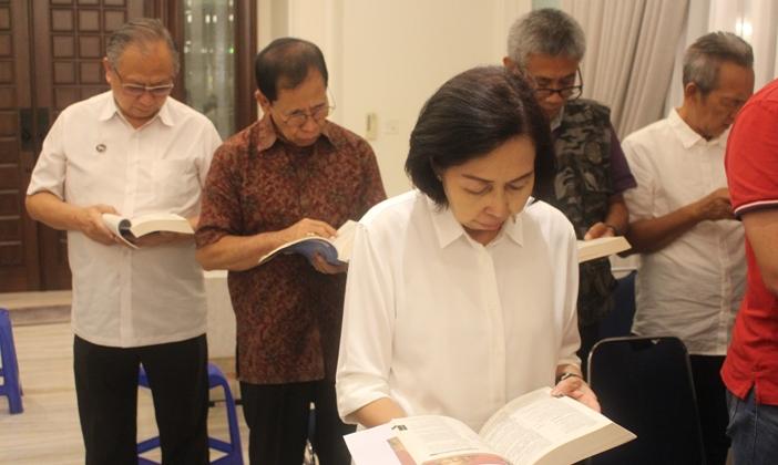 Aloysius Sanjaya (paling kiri) sedang belajar dan mendoakan Ibadat Harian di kapel di rumahnya (PEN@ Katolik/pcp)
