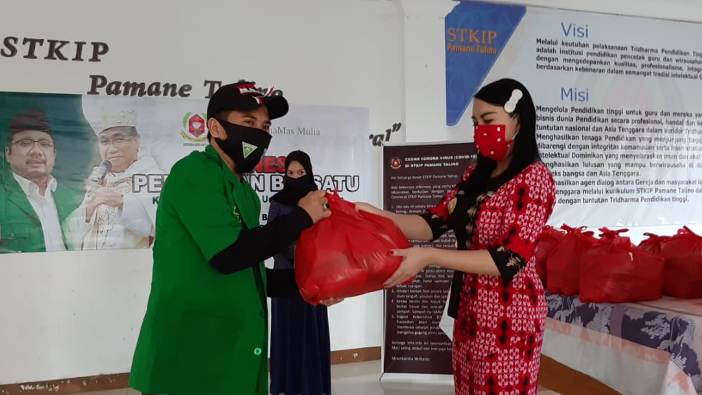 Bupati Landak Karoline menyerahkan secara simbolis makanan buka puasa kepada seorang wakil GP Ansor  untuk dibagikan