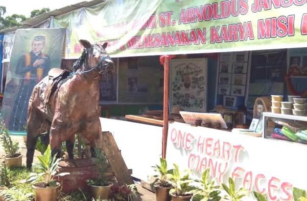 Patung 'Kuda Sang Misionaris' di depan stand pameran karya SVD di Keuskupan Ruteng dalam rangka tahbisan Uskup Ruteng Mgr Siprianus Hormat (PEN@ Katolik/pcp)