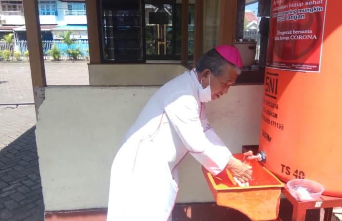 Mgr Agus mempraktekkan mencuci tangan dengan air mengalir dan sabun (PEN@ Katolik/zemz)