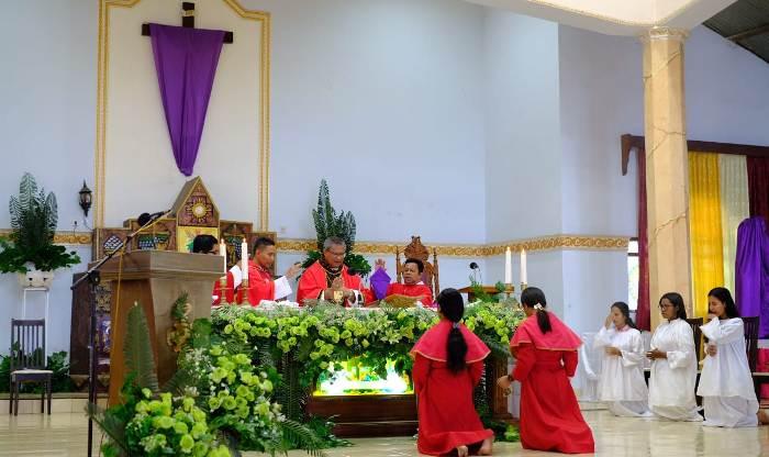 Mgr Edwaldus Martinus Sedu didampingi Pastor Christian Rudy Parera Pr,  Pastor Ryan da Cunha,Pr, dan Pastor Agustinus Pitang Pr pada Misa Minggu Palma 5 April 2020 (Foto Yanri Uran)