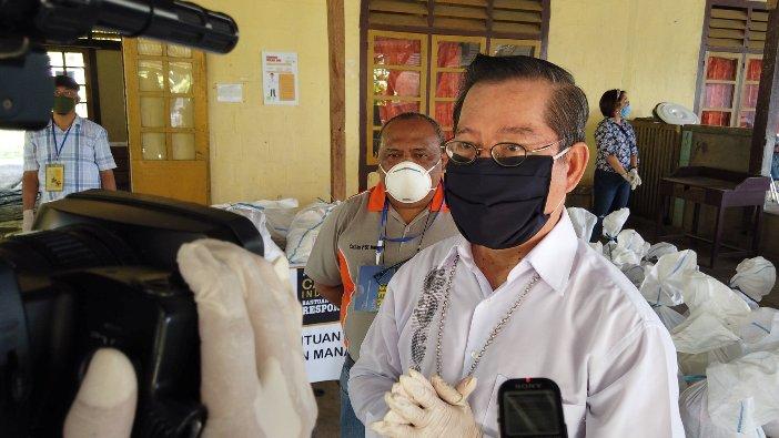 Uskup Manado Mgr Rolly Untu MSC didampingi Ketua PSE Keuskupan Manado Pastor Joy Derry Pr di posko bantuan PSE/Caritas Keuskuan Manado di Lotta (foto diambil dari FB Komsos Keuskupan Manado)
