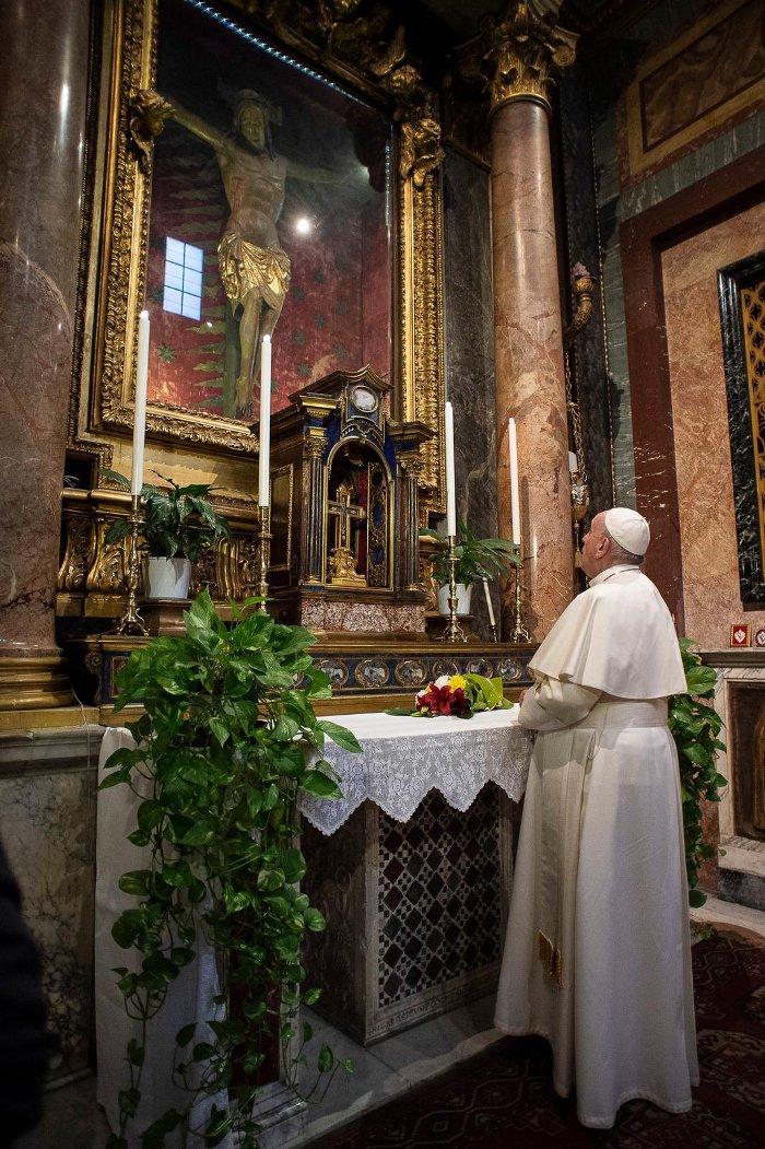 Paus berdoa di depan Salib Ajaib di Gereja San Marcello