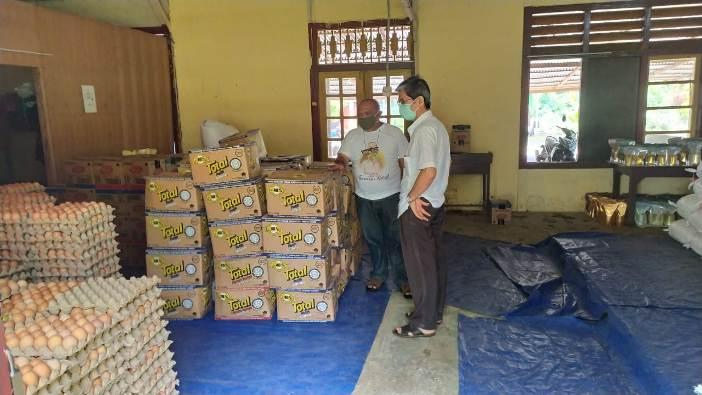 Ketua PSE Keuskupan Manado dan Sekretaris Keuskupan Manado mengamati bahan-bahan yang sudah terkumpul dan siap disalurkan kepada keluarga miskin dan rentan korban pandemi Covid-19 (Foto dok PSE dan Caritas Keuskupan Manado)