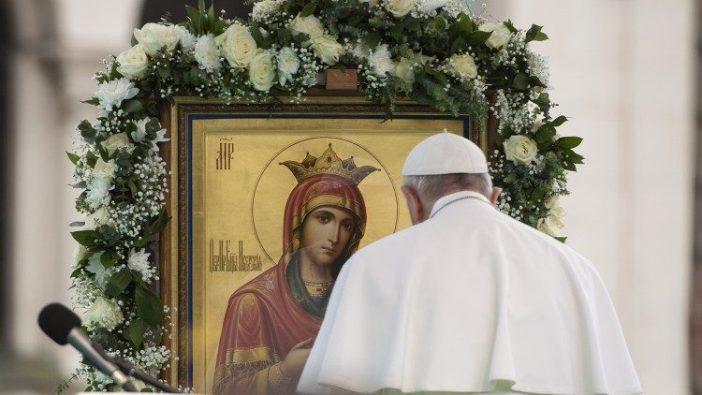 Paus Fransiskus berdoa di depan gambar Bunda Maria