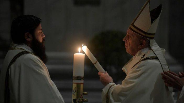 Paus Fransiskus memimpin Misa Vigili Paskah di Basilika Santo Petrus yang hampir kosong (Vatican Media)