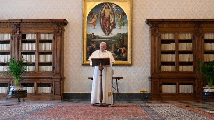 Paus Fransiskus menyampaikan sambutan Regina Caeli di perpustakaan  Istana Apostolik (Vatican Media)