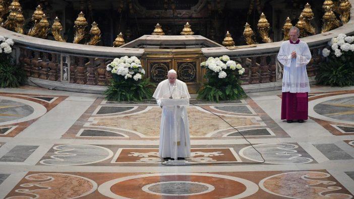 Paus Fransiskus menyampaikan pesan 'Urbi et Orbi' pada Minggu Paskah (Vatican Media)