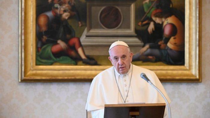 Paus Fransiskus dalam pesan Regina Caeli di Perpustakaan Istana Apostolik (Vatican Media)