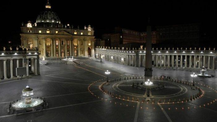 Paus Fransiskus memimpin Jalan Salib Jumat Agung di Lapangan Santo Petrus yang sepi di tengah lockdown Covid-19. (Media Vatikan)