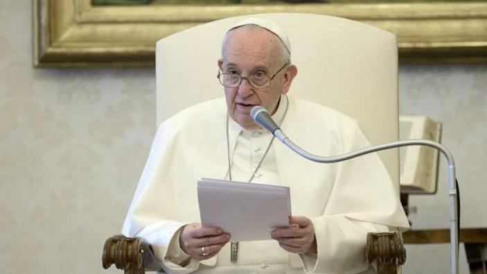 Paus Fransiskus berbicara pada audiensi umum di perpustakaan apostolik 22 April 2020. (Vatican Media)