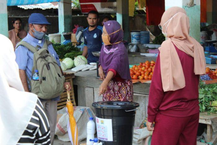 Vikep Reo Pastor Herman Ando Pr  melihat tong air bersama sabun untuk cuci tangan di pasar  (foto Komsos Ruteng)