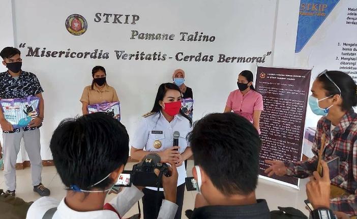 Bupati Landak Karolin Margret Natasha berbicara dengan media seusai menyerahkan bantuan bagi mahasiswa (Dok STKIP Pamane Talino)