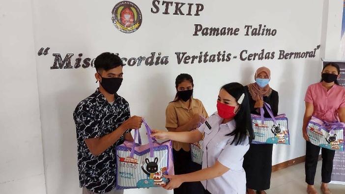 Bupati Landak Karolin Margret Natasha menyerahkan secara simbolik bantuan sembako bagi mahasiswa yang tidak bisa pulang kampung di Lobi STKIP Pamane Talino (Dok STKIP Pamane Talino)