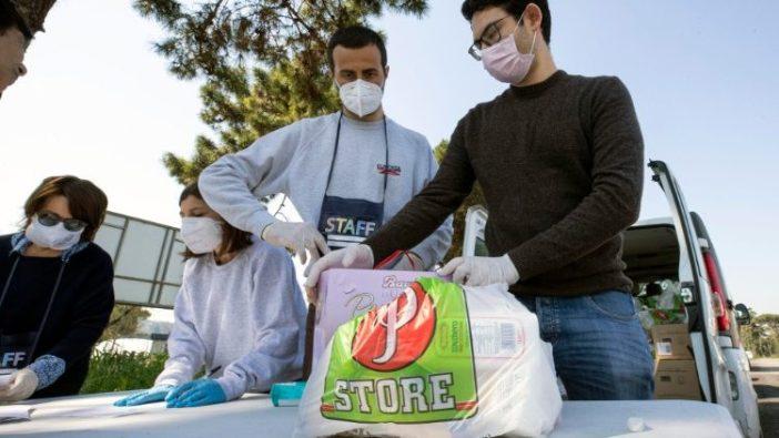 Relawan-relawan Sant'Egidio membagikan makanan ke sebuah kamp di Roma. (ANSA)