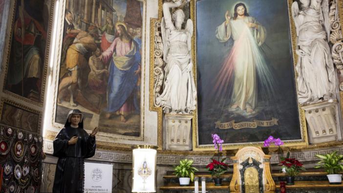 Altar Kerahiman Ilahi dengan patung Santa  Faustina di Gereja Roh Kudus di Sassia, Roma.