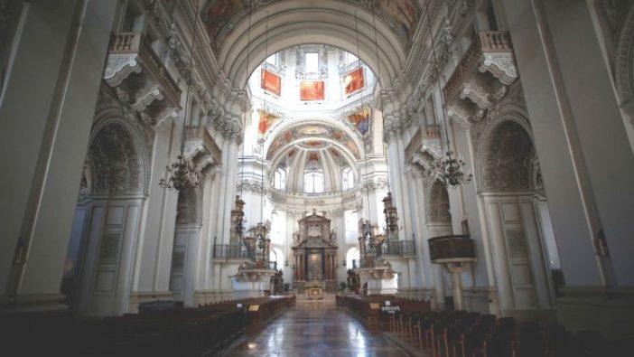 Katedral Santo Rupertus dan Santo Vergilius di Salzburg, Austria yang kosong.