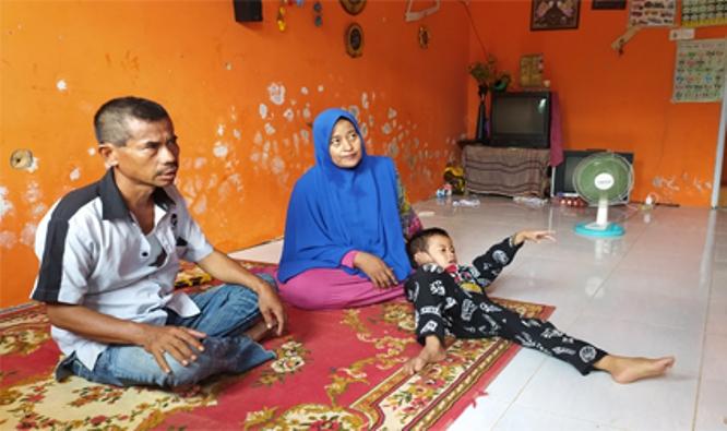 Ason Sofian bersama istri dan anaknya. (Foto: Romi Chandra dari Batamtoday.com)