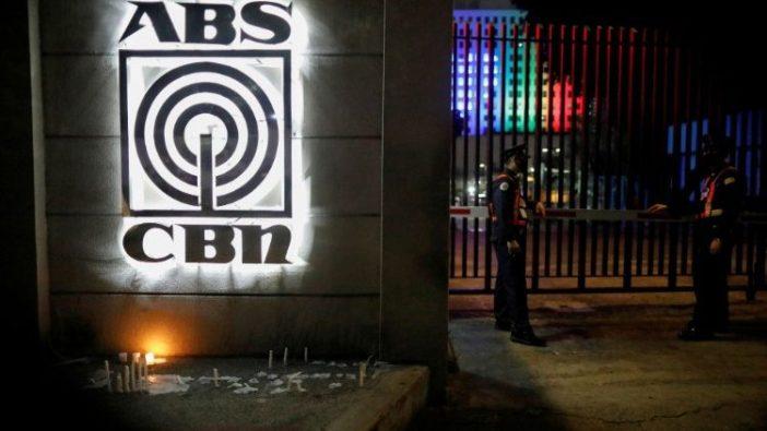 Petugas keamanan berdiri di luar markas jaringan ABS-CBN mengikuti perintah pemerintah untuk menghentikan operasinya