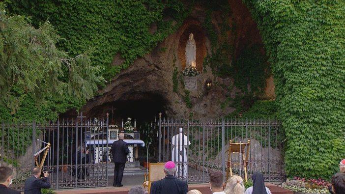 Paus Fransiskus meletakkan bunga dan berdoa pribadi depan patung Maria