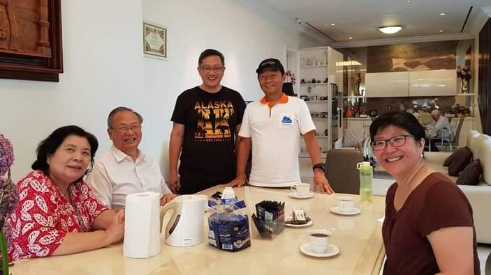 """Pertemuan Pastor Ferry Sutrisna Wijaya Pr (tengah dengan kaus hitam) dengan Aloysius Sandjaya (duduk dengan kemeja putih) saat dengan mantap Sandjaya mengatakan mendukung pembangunan Eco Circle. """"Ya, saya bersedia!"""""""