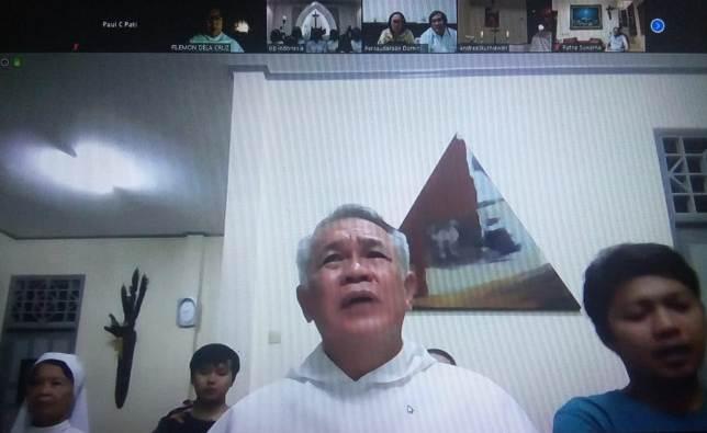 Pastor Edmund Nantes OP memimpin Rosario bersam Keluarga Dominikan Indonesia dari Seminari Antarkeuskupan di Pontianak