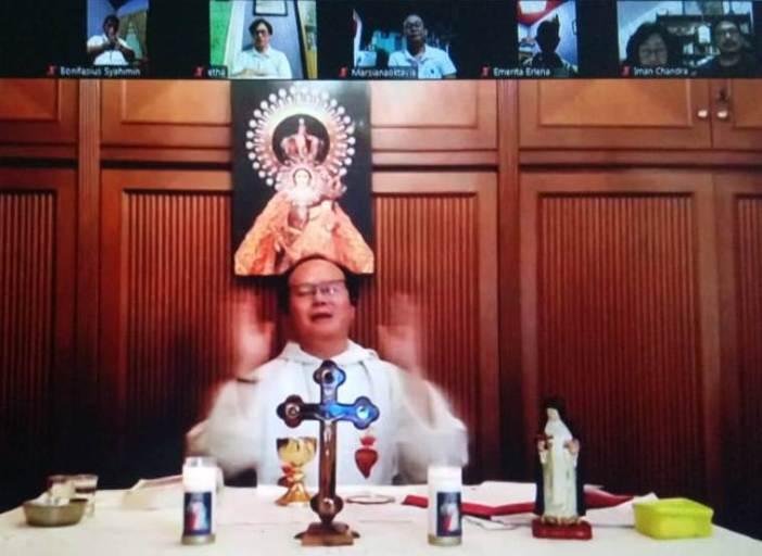 Pastor Andreas Kurniawan OP memimpin Misa Pesta Santa Katarina dari Siena dari sebuah biara Suster OP di Jakarta