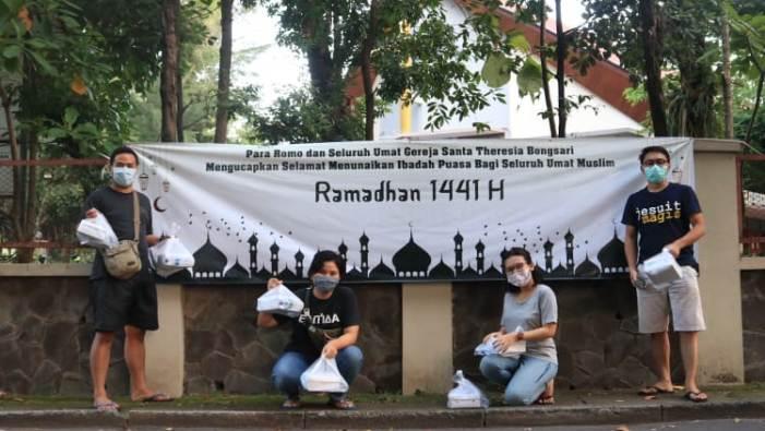 OMK Bongsari Semarang membagikan makanan berbuka puasa depan gereja (PEN@ Katolik/lat)