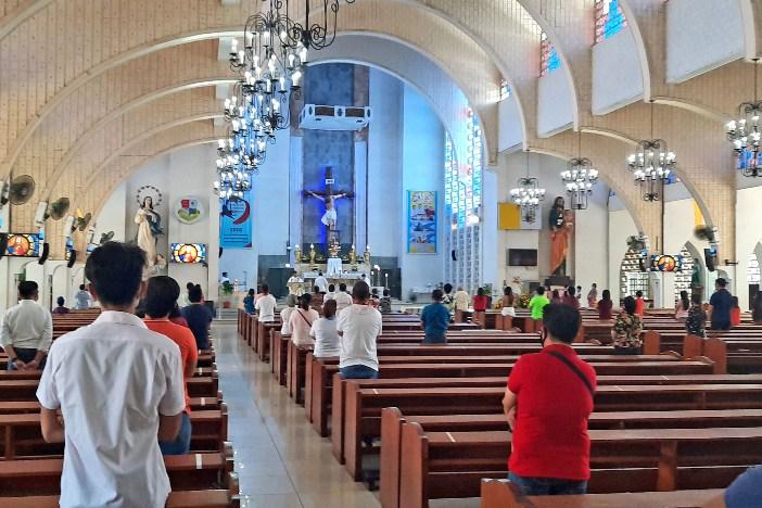 Katedral Immaculate Conception di Kota Ozamiz membuka pintunya bagi umat 17 Mei dengan berpegang teguh pada protokol kesehatan pemerintah seperti jarak fisik, penggunaan masker wajah dan pemasangan tempat cuci kaki. WENDELL TALIBONG