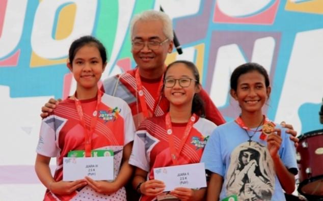 Mgr Prapdi bersama orang muda dalam sebuah lomba lari di Tangerang