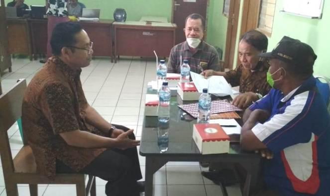 Pastor Hendrik Maku SVD diwawancarai tim independen yang terdiri dari Amir Djonu (ketua) dan anggota Lambertus Abdon dan Hilarius Heling. (Dok. Pastor Hendrik)